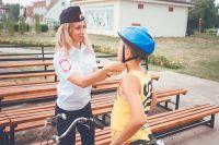 Шлем для велосипедных прогулок лучше выбирать яркий и заметный.