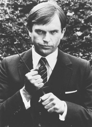 Сэм Нил. После того, как Роджер Мур снялся в своем последнем фильме о Джеймсе Бонде в 1985 году, Нил рассматривался как его замена в очередной серии «бондианы» «Искры из глаз». На пробах он многим понравился, однако, продюсер предпочел Тимоти Далтона.