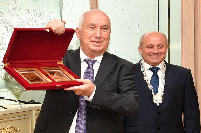 Нагрудный знак новому городскому главе передал экс-мэр Хабаровска Александр Соколов.