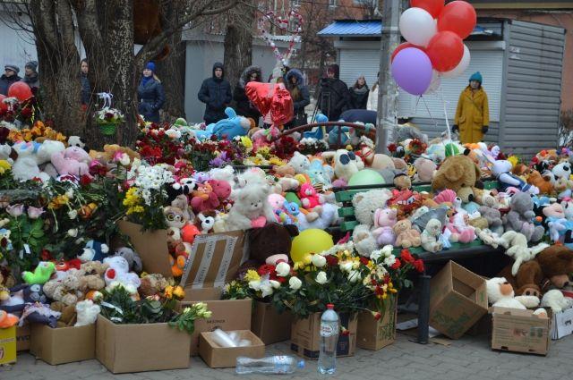 За несколько дней после трагедии кемеровчане завалили пятачок на углу у «Зимней вишни» игрушками, цветами, иконками, свечами. Мемориал простоял несколько месяцев под присмотром добровольцев.