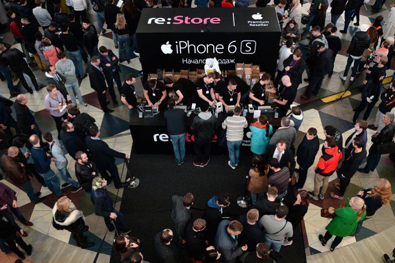 iPhone 6s и iPhone 6s Plus, 2015 год, от 56 999 и 65 999 рублей. Очередь в кассу в московском магазине Re: Store.