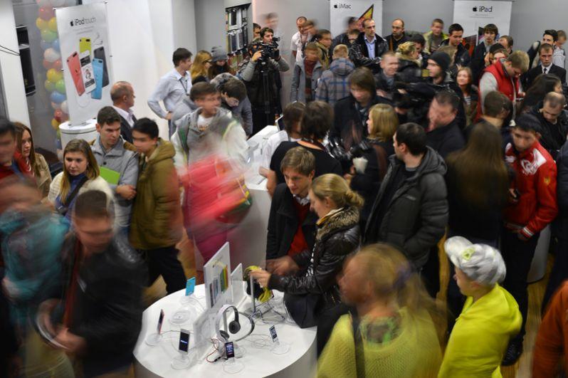 iPhone 5s и iPhone 5c, 2013 год, от 30 000 и от 25 000 рублей. Посетители магазина re:Store во время официального старта продаж.