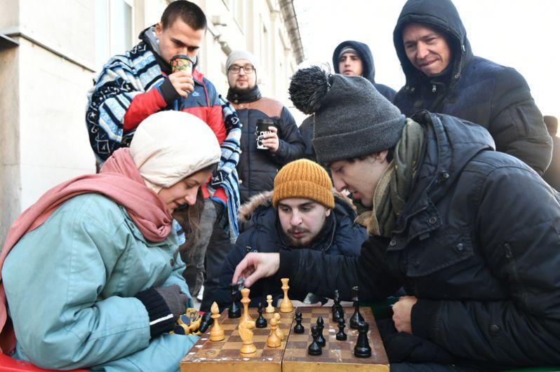 Покупатели, ожидающие старта продаж смартфона iPhone X, играют в шахматы в очереди у магазина re:Store на Тверской улице в Москве.