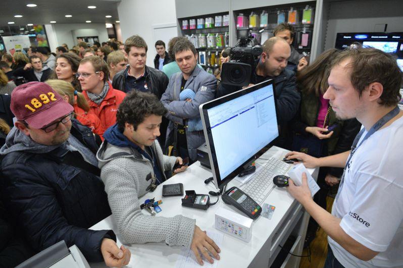 Посетители магазина re:Store во время официального старта продажи новых смартфонов iPhone 5s и iPhone 5c в Москве.