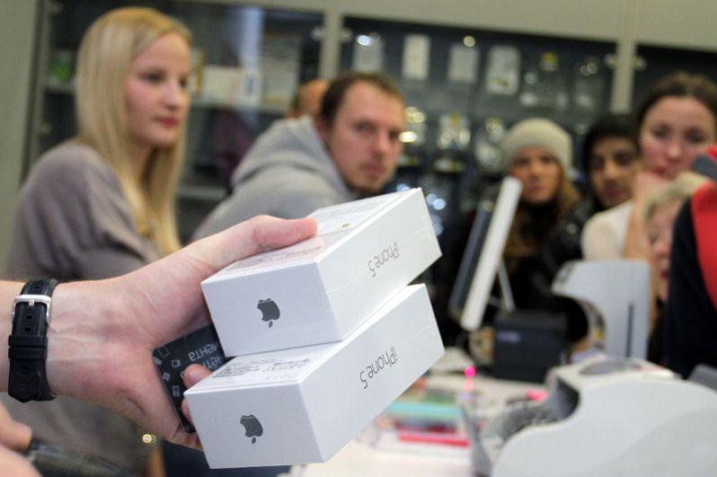 iPhone 5, 2012 год, от 34 990 рублей. Продажа нового смартфона в магазине re:Store в Москве.