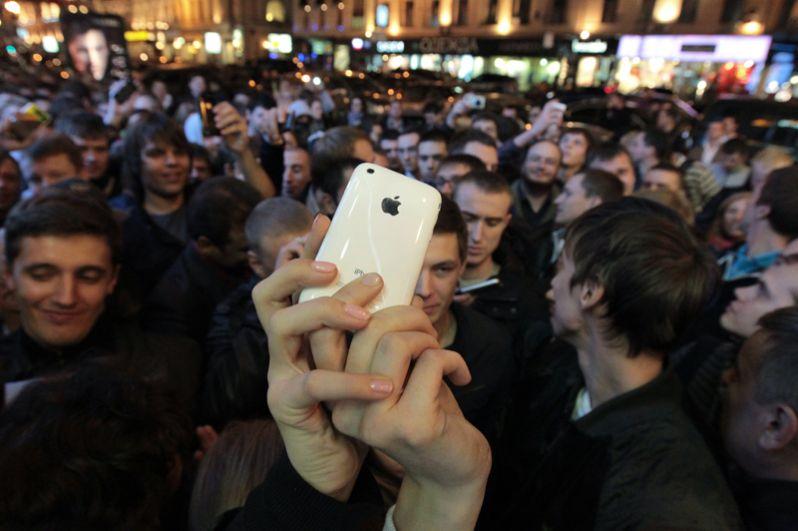 Покупатели перед магазином «Связной» на Тверской улице, в котором началась продажа нового инновационного мобильного телефона iPhone 4.