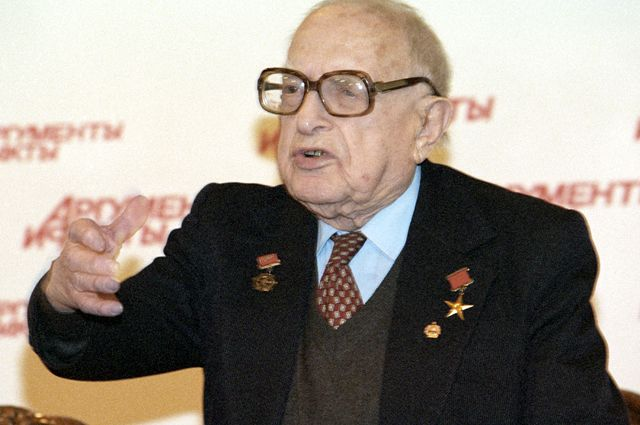 Художник-карикатурист, лауреат Государственной премии Борис Ефимов. 2003 г.