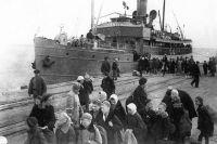 Ленинградцы во время посадки на пароход. 1942 г.