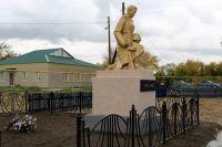 Благодаря инициативе школьницы и финансовой поддержке РМК памятник погибшим воинам в посёлке Новый Урал предстал в обновлённом виде.