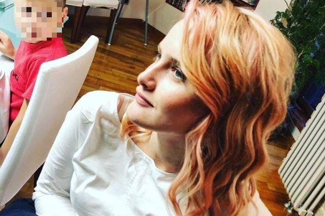 Волосы гимназистки были окрашены в неяркий оттенок розового.