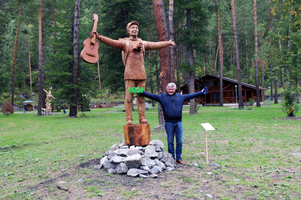 «Руссо туристо» - скульптура-победитель Международного фестиваля деревянных скульптур 2018 года, автор Сергей Мозговой.