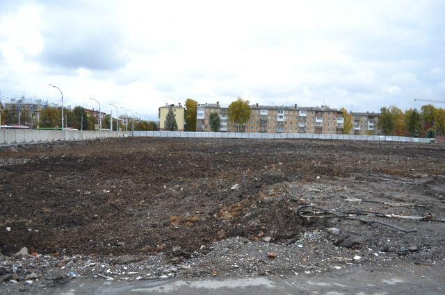 На месте торгового центра сейчас ровная площадка, где в будущем должен появиться сквер.