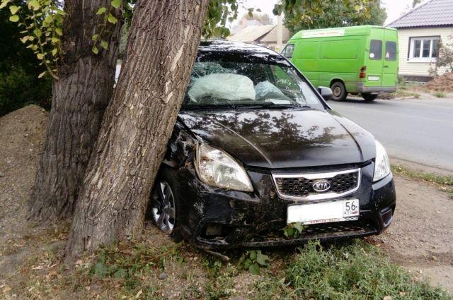 В Оренбурге Kia Rio врезался в дерево, погиб водитель.