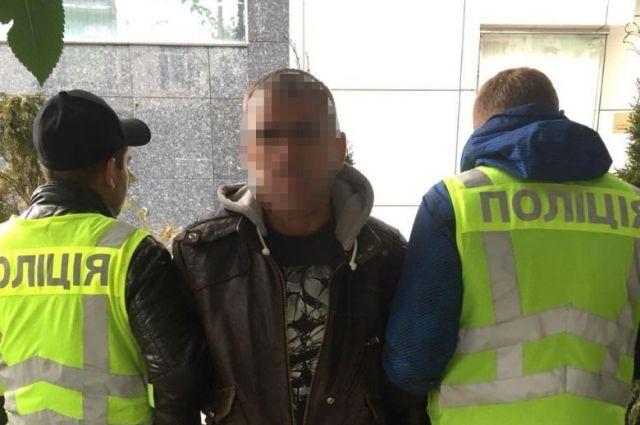 В Киеве мужчина на глазах у правоохранителей обворовал иностранку