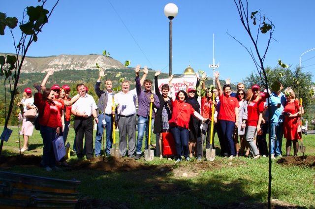 Деревья вместе с нами сажали политики, общественники, работники почты и наши эксперты.