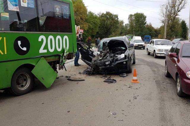 В Харькове столкнулись автомобиль и маршрутка: пострадали шесть человек