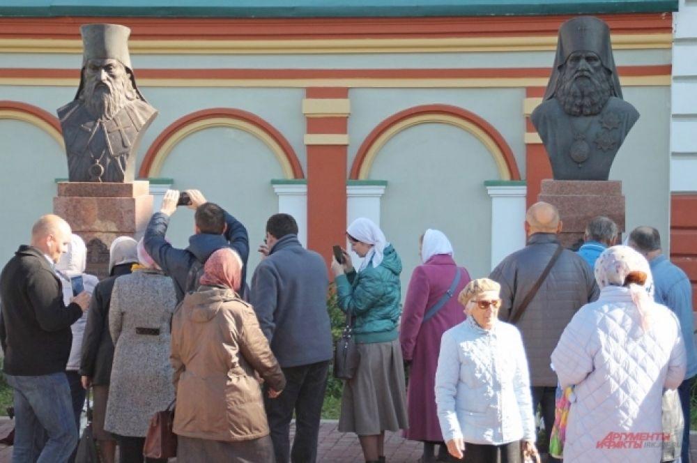 В сквере рядом с храмом уже установлено два бюста: первый – святителю Иннокентию, второй – Софронию.