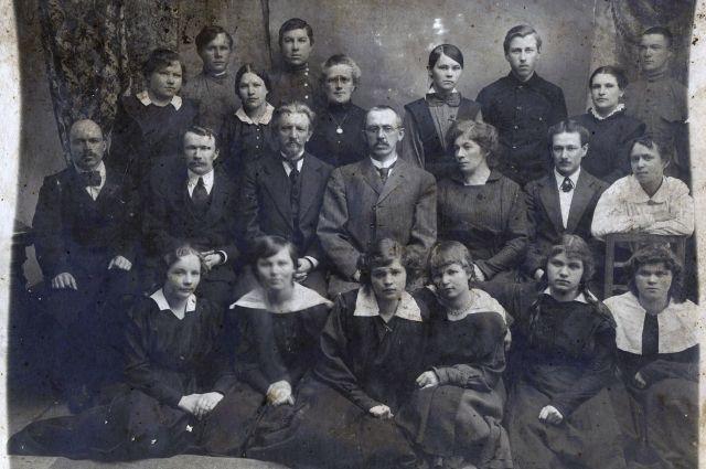 Класс был в гимназии один, не более 30 учеников. Учили их 6-7 педагогов. О такой нагрузке современным учителям можно только мечтать!