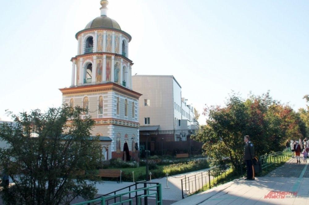 Собор Богоявления Господня – православный храм в Иркутске, расположенный в историческом центре города на пересечении улиц Сухэ-Батора и Нижней набережной Ангары. Является вторым старейшим каменным зданием Иркутска.