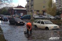 Ливневки не всегда справляются с потоком воды даже при небольшом дожде.