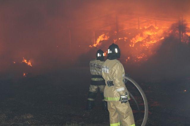 В Славском районе во время крупного пожара сгорели тонны соломы и сена.