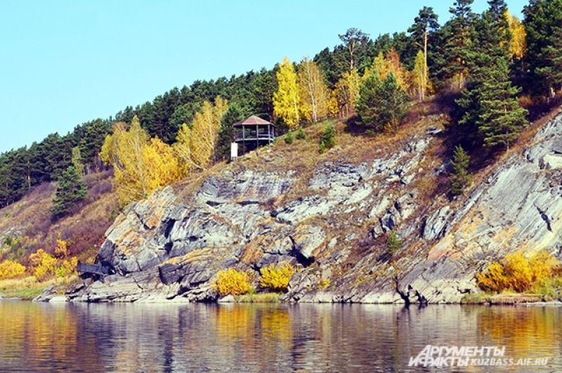 Самый известный комплекс петроглифов находится на скале возле деревни Писаная. Именно там располагается музей-заповедник «Томская писаница».