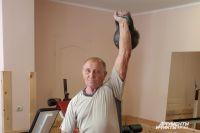 Его «гиревой» стаж 62 года. И ни на день с ними не расстаётся.
