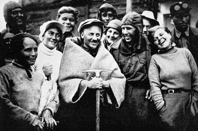 Николай Иванович Бухарин в группе ударников завода им. Фрунзе во время альпинистского похода на Эльбрус.