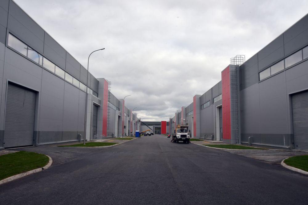 """Комплекс располагается недалеко от аэропорта """"Казань"""" и состоит из трех выставочных павильонов, соединенных с аэропортом и станцией аэроэкспресса крытым наземным переходом."""