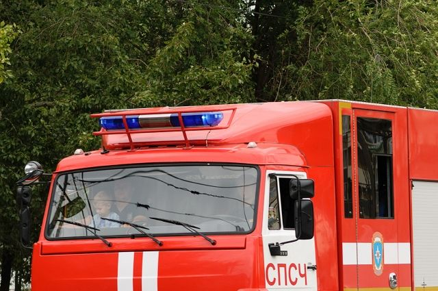 В Оренбурге 9 пожарных тушили пожар в доме на проезде Газовиков.