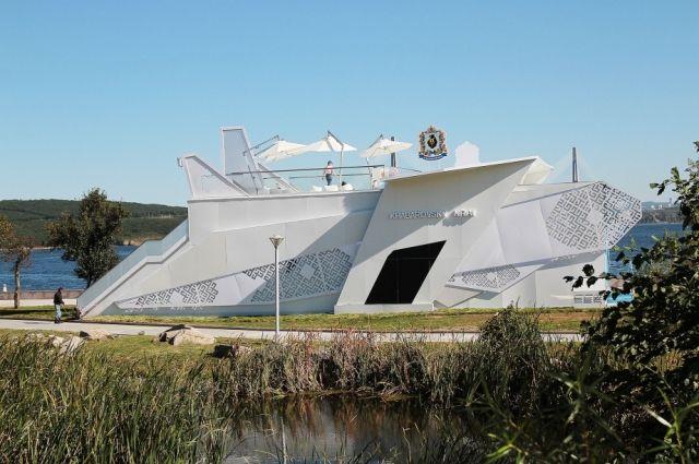 Павильон Хабаровского края похож одновременно на самолёт и на корабль - то, что здесь производят.