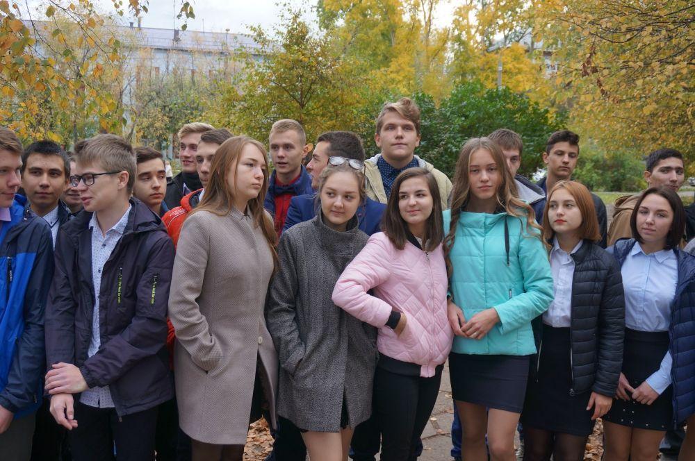 На открытии собрались студенты и преподаватели.