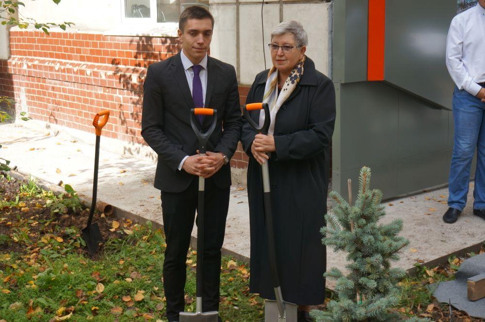 Студент колледжа вместе с супругой Вениамина Сухарева посадили дерево.