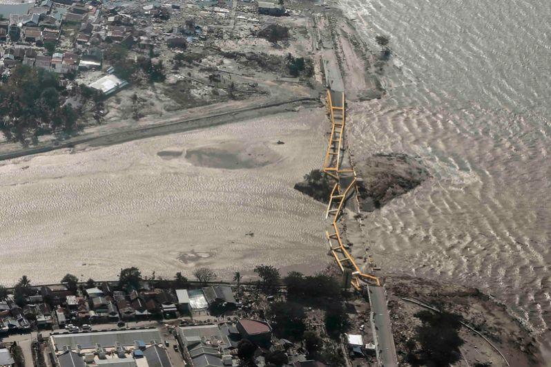 Разрушенный в результате цунами мост в Палу на острове Сулавеси.
