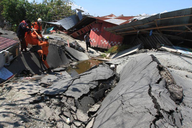 Работа спасателей в Палу.