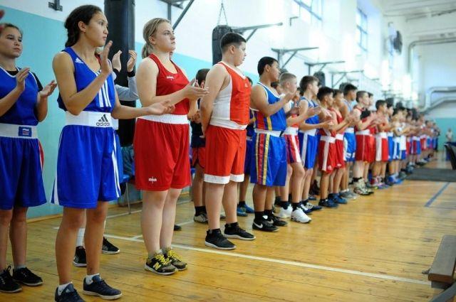 В Оренбурге детский турнир по боксу посетили олимпийские чемпионы.