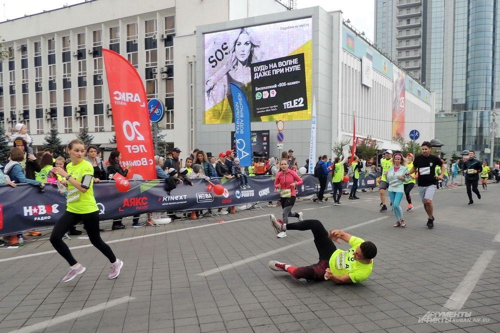 Этот парень от усталости оступился и упал перед самым финишем.