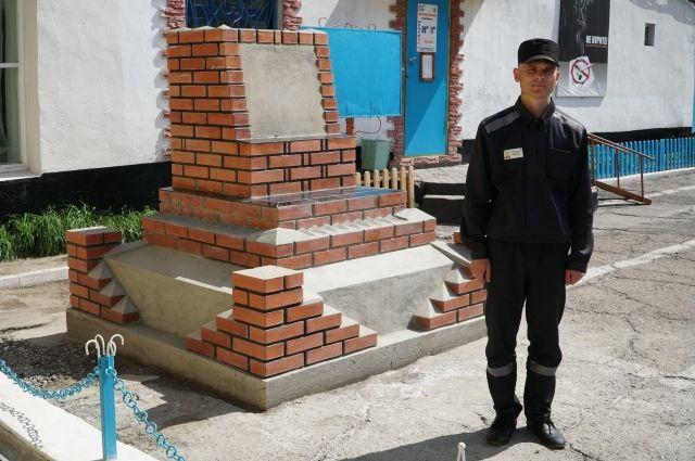 Осужденный Владимир Курбатов рядом с обелиском.