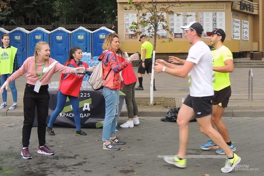 Участникам забега предлагали стаканчики с водой.