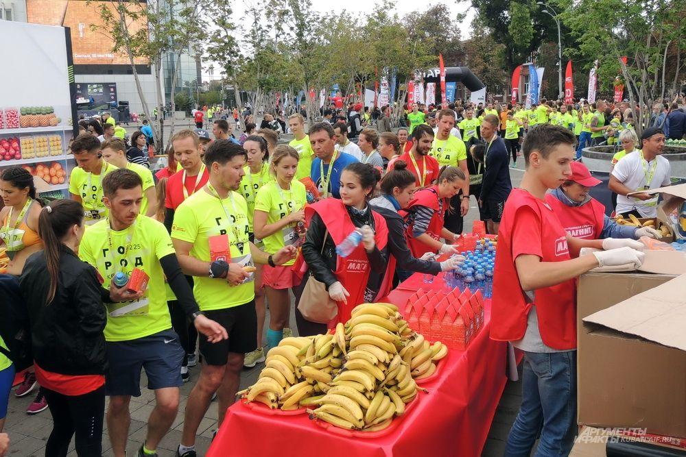 На финише можно было бесплатно подкрепиться бананами.
