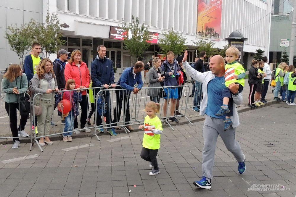 Спортивный папа с детьми.