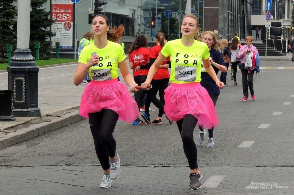 Эти девушки бежали в одинаковых розовых юбках поверх спортивных лосин.