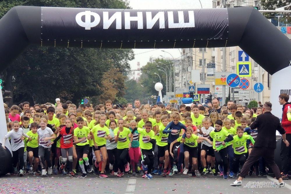 Старт забега Детская миля 1,6 км для участников от 7 до 14 лет.