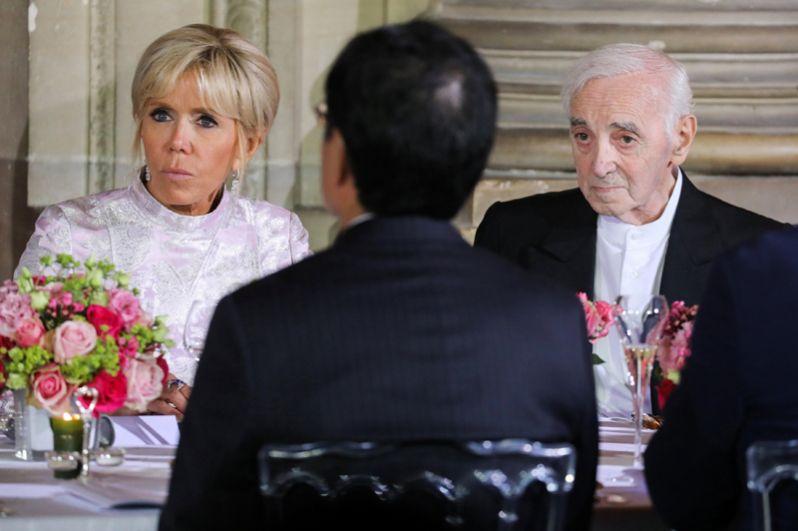 Супруга президента Франции Брижит Макрон и музыкант Шарль Азнавур на государственном ужине с наследным принцем Японии Нарухито в замке Шато де Версаль, Франция. 12 сентября 2018 года.