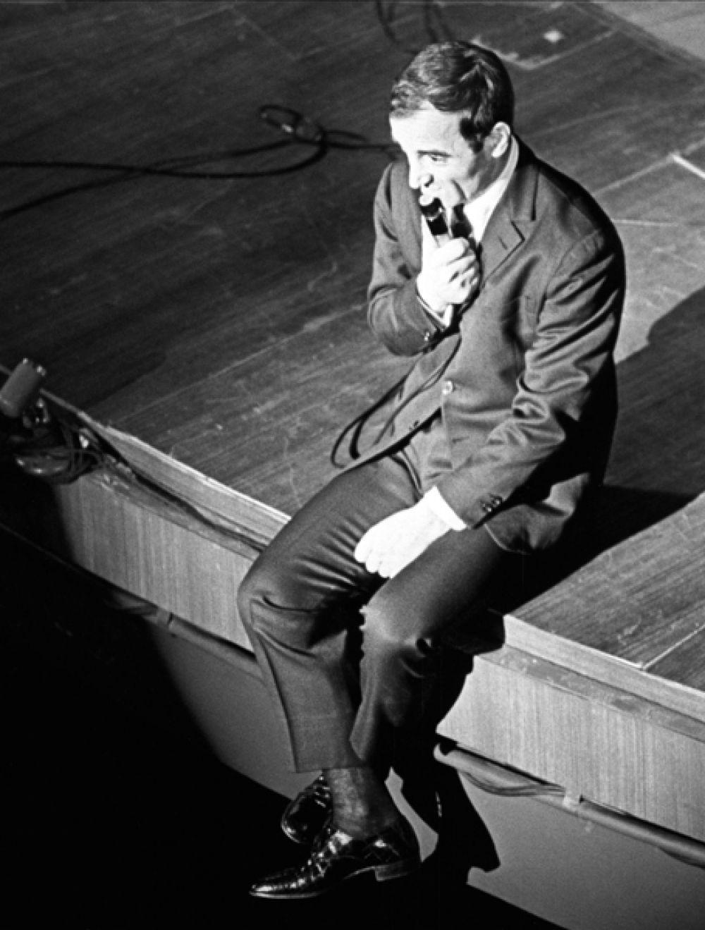 Шарль Азнавур во время концерта в Москве. 1964 год.