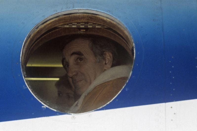 Шарль Азнавур в поездке по Армении, февраль 1989 года. Исполнитель прибыл с миссией милосердия к народу, пострадавшему от землетрясения.