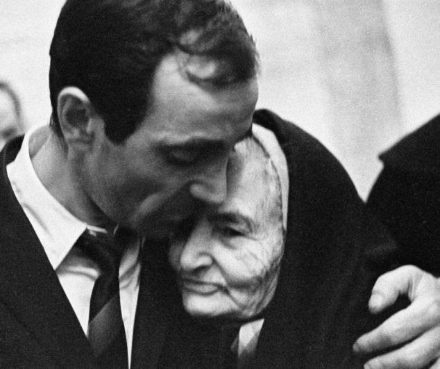 Певец и композитор Шарль Азнавур и его бабушка Айкануш. 1964 год.