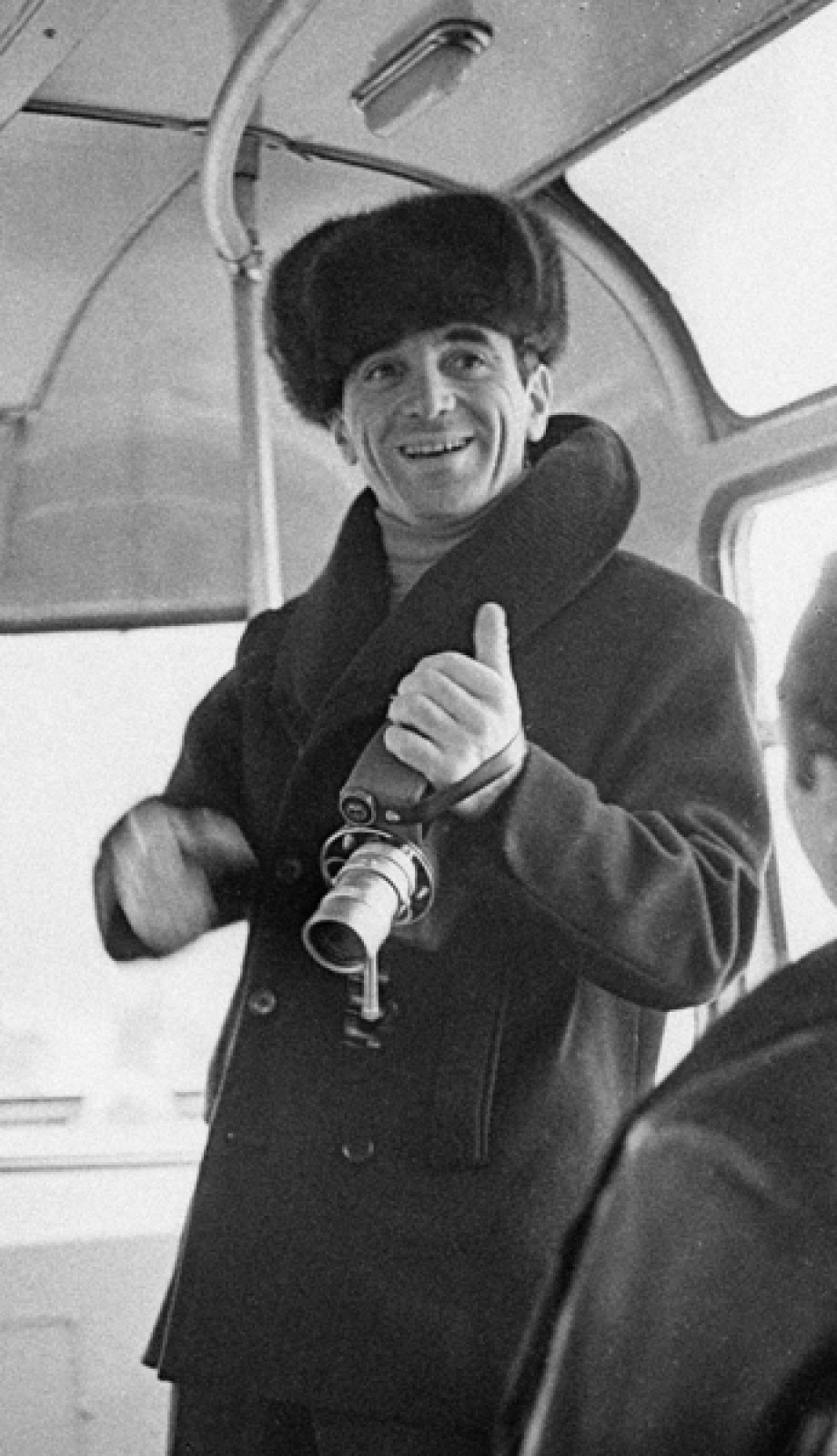 Артист Шарль Азнавур на прогулке в автобусе. Первые гастроли музыканта в СССР. 1964 год.