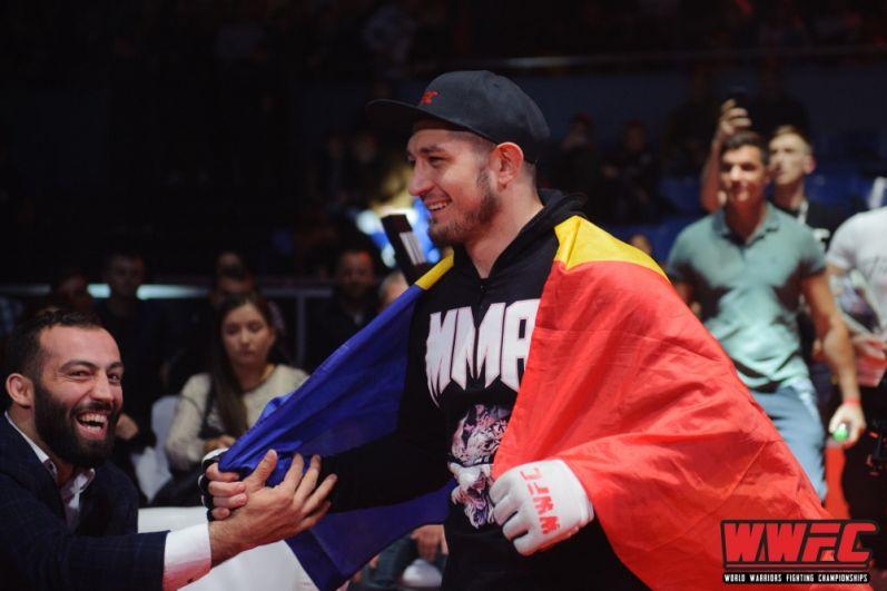 Михай Котруцэ приветствует фанатов перед боем.