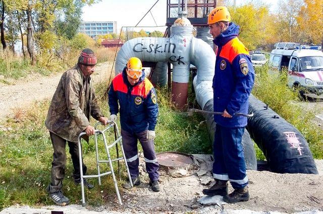 Спасатели вскрыли коллектор и извлекли мужчину.